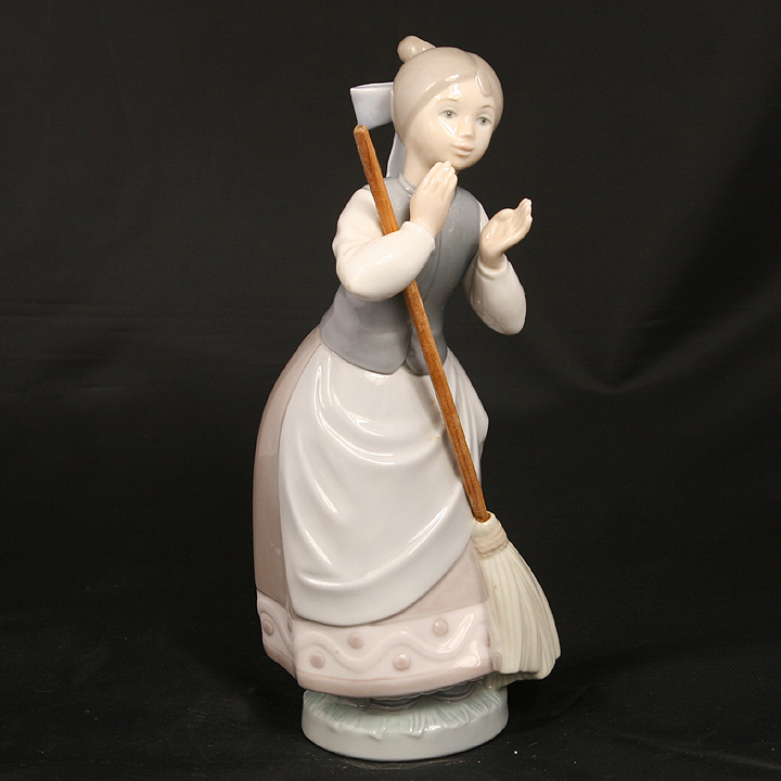 LLADRO A CLEAN SWEEP #5025