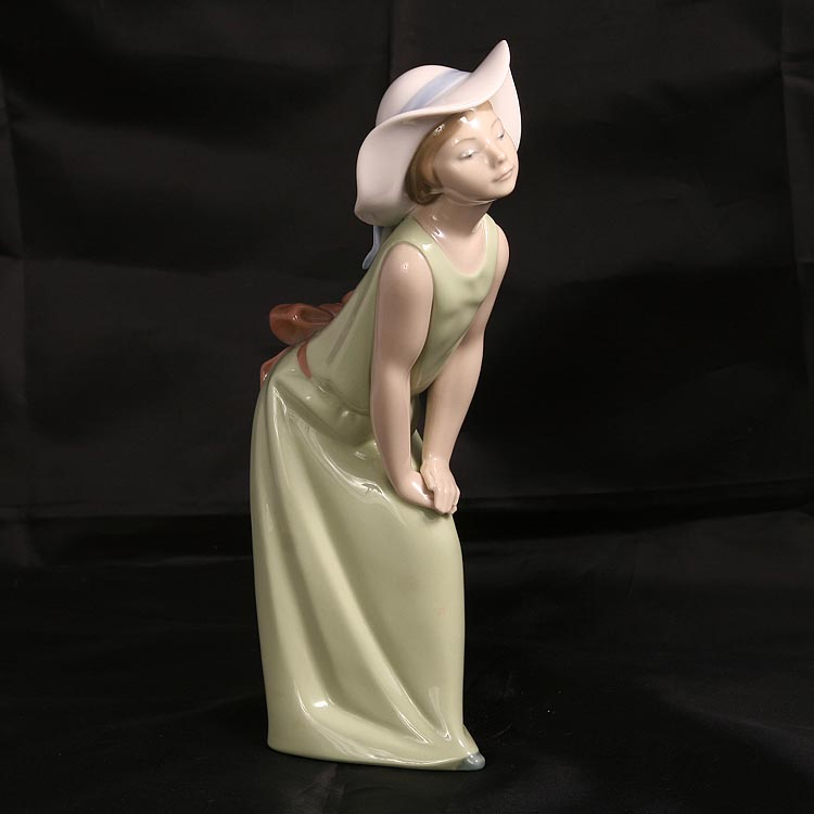 LLADRO CURIOUS GIRL WITH STRAW HAT #5009